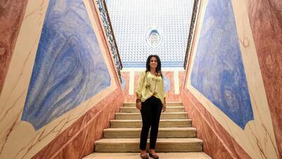 Marta Prates na escadaria do antigo Palácio do Conde de Monsaraz que já foi escola. Hoje é a biblioteca