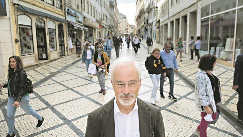 José Manuel Silva fotografado na Baixa de Coimbra na manhã seguinte à vitória eleitoral.