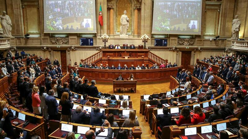 Deputados do PSD, BE, PCP, CDS, PEV, IL e Chega levantam-se para votar contra o OE2022 - chumbando-o.