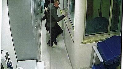 Imagem mostra o segurança Manuel Correia a empurrar Ihor para a divisão onde viria a morrer.