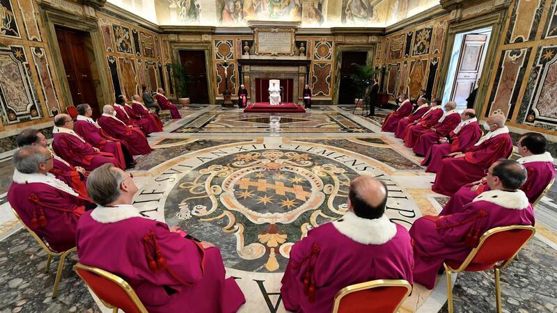 Papa corta salários dos cardeais para evitar despedimentos no Vaticano