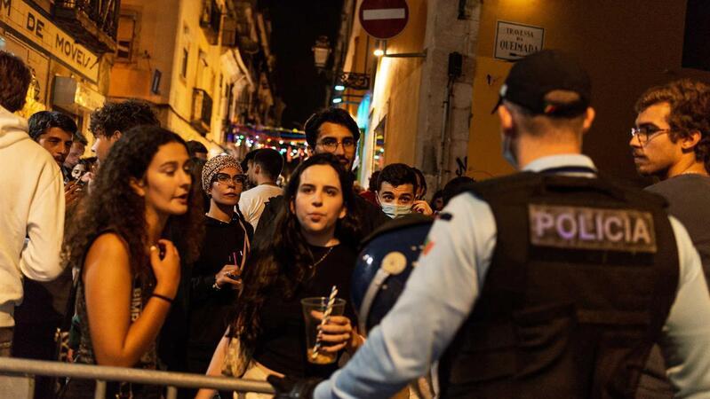 PSP impediu a entrada na rua da Atalaia por considerar que a rua tinha excesso de ocupação, cerca de