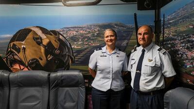 Coronel Tammy Hinskton, comandante do 65.º Air Base Group, e coronel Raul Paixão, do CZAA.
