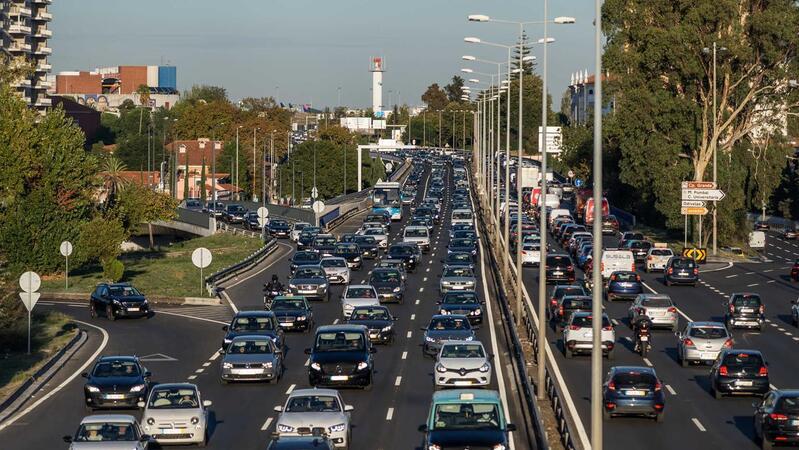O trânsito na Segunda Circular, junto à Escola Alemã, no passado dia 15, sexta-feira, ao final da tarde.