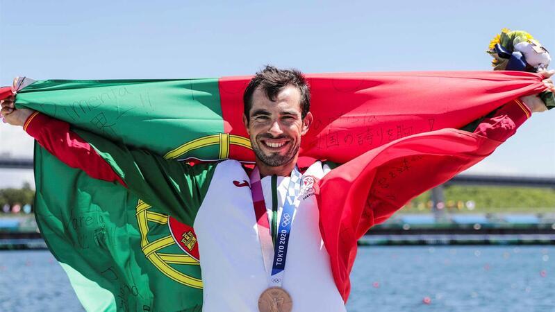 O canoista português Fernando Pimenta comemora a sua medalha de bronze de terceiro lugar na final de