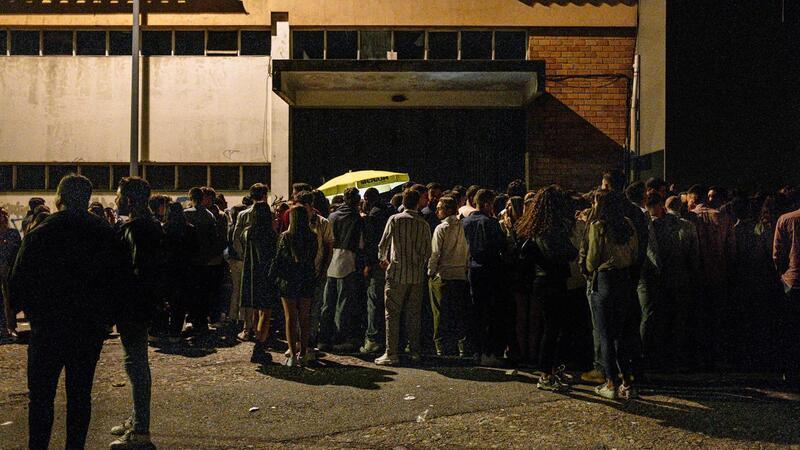Jovens fizeram filas à porta de discotecas quando abriram pela primeira vez ao fim de ano e meio.