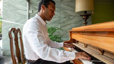 O piano é uma paixão, só não fez disso profissão por o estudo da música ser muito solitário