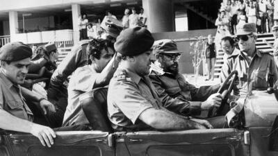 Otelo Saraiva de Carvalho com Fidel Castro, numa visita a Cuba algures durante o PREC
