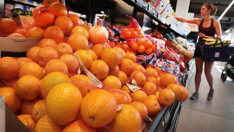 Cliente às compras no supermercado (GETTY IMAGES / VIA AFP)