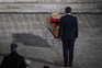 Presidente francês junto a caixão de Samuel Paty