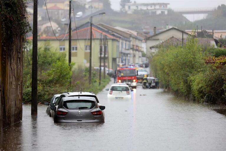 Resultado de imagem para Inundações e carros meio submersos em Braga e no Porto