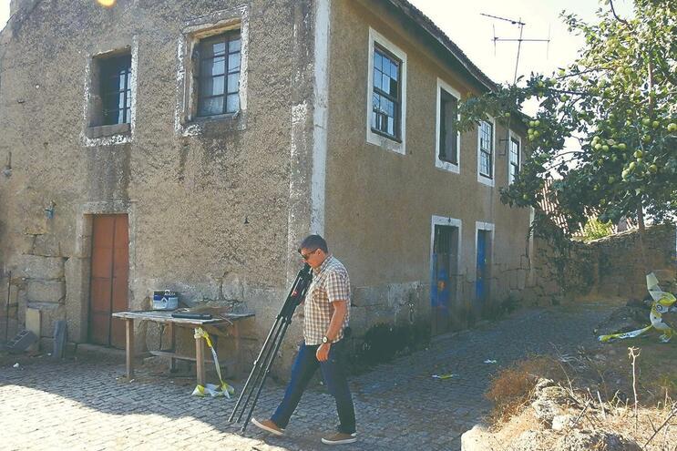 Casa não tinha água ou luz. Crime aconteceu fora, mas a vítima ainda conseguiu subir as escadas até ao