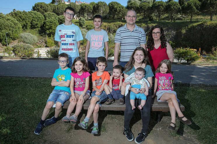 Sandra Silva e Pedro Portugal com os nove filhos: tudo é planeado ao milímetro e os recursos são rentabilizados