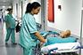 Enfermeiros em greve de zelo não assistem doentes em macas