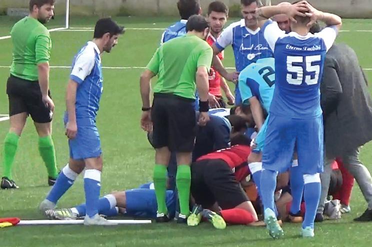 Vídeo exclusivo: Futebolista salva a vida a adversário dentro de campo