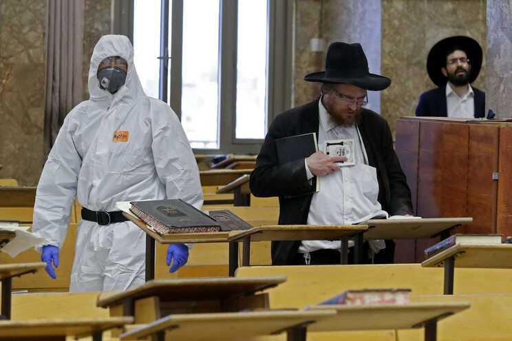 Controlo das medidas de distanciamento num instituto religioso em Israel