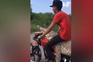 Jovens mexicanos capturam e transportam crocodilo numa mota