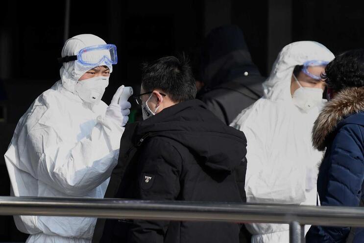 Viajantes controlados à entrada do metro, em Pequim, na China