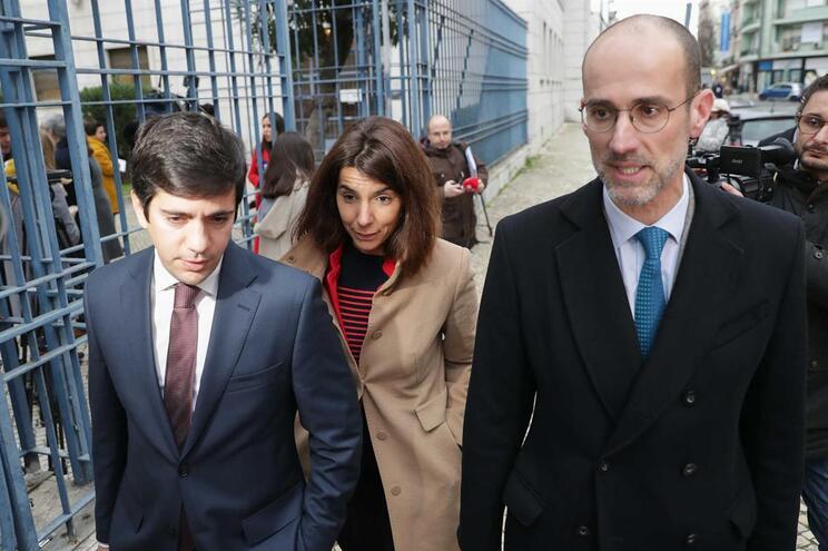 Bárbara vara com os advogados