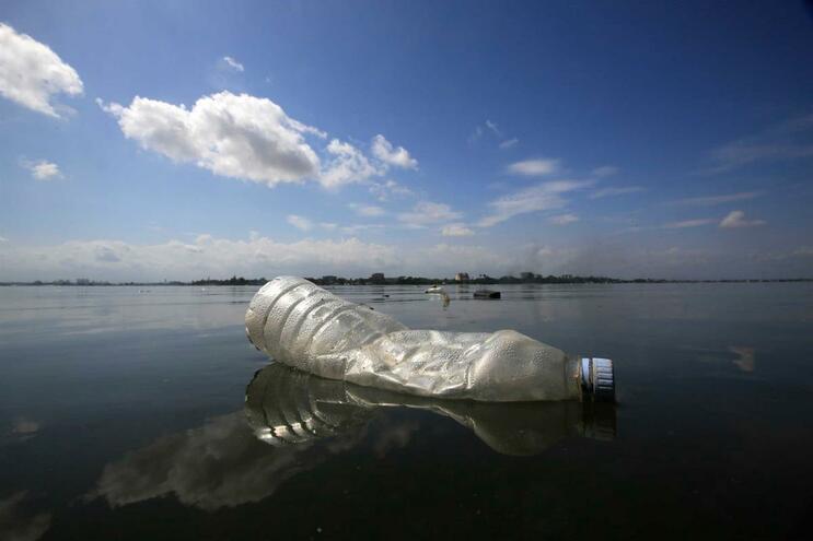Água engarrafada é uma fonte de microplásticos