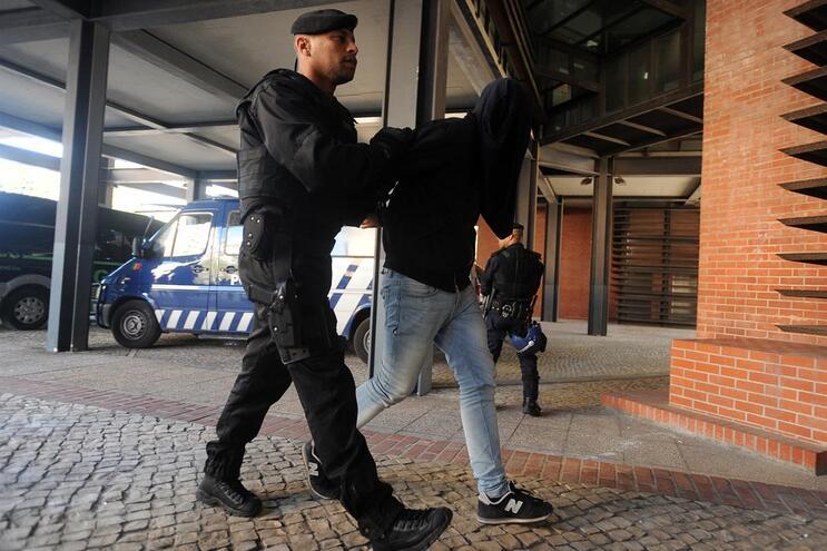 Dois suspeitos do ataque a Alcochete passam de prisão preventiva para domiciliária