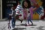 Crianças espanholas saem à rua depois de seis semanas isoladas