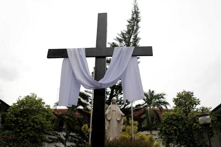 Missas foram canceladas e mesquitas estão a ser vigiadas no Sri Lanka