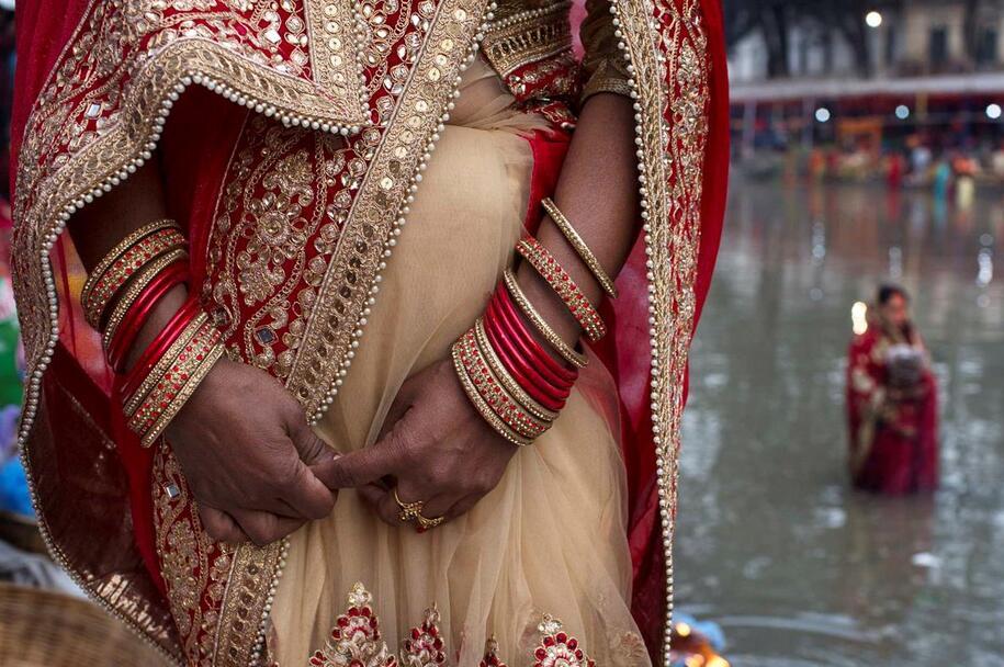 Resultado de imagem para Mulher exilada durante menstruação morre com os dois filhos no Nepal