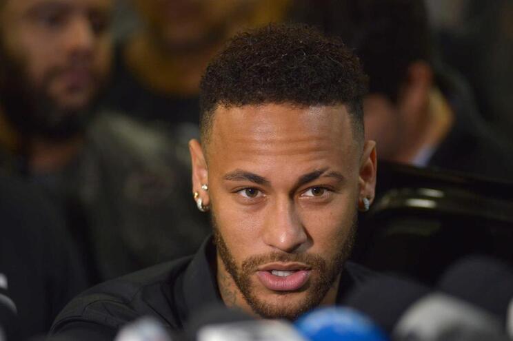 Neymar prestou declarações numa esquadra do Rio de Janeiro, no âmbito da queixa de violação