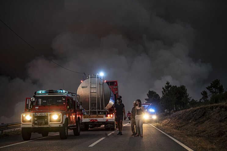Um dos grandes incêndios do dia, em Sernancelhe (Viseu)