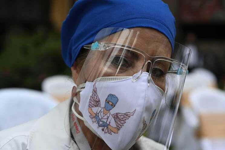 Aumento de casos de covid-19 aumenta pressão nos serviços de saúde