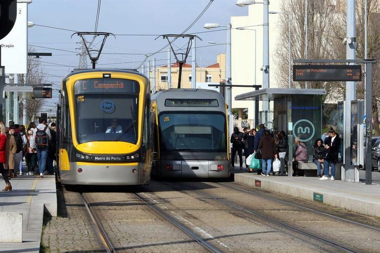 Lotação esgotada leva Metro do Porto a tirar mais bancos nas composições