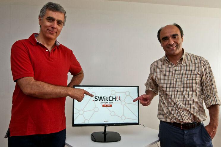 Ângelo Martins (à esquerda) e Luís Neves convidam os licenciados a mudar de rumo, através do programa