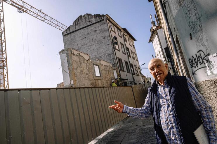 Germano Silva a guiar pelas ruas do Porto, mostrando possíveis edifícios em risco no Centro Histórico