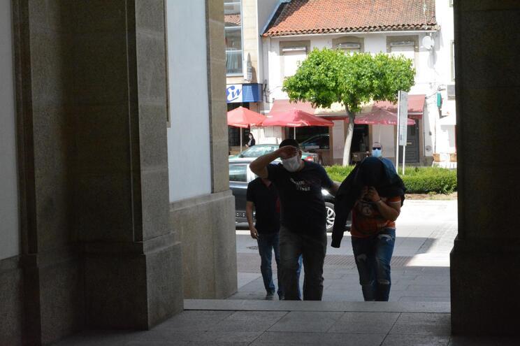 Os suspeitos, com idades entre os 24 e os 32 anos, foram interrogados durante mais de cinco horas