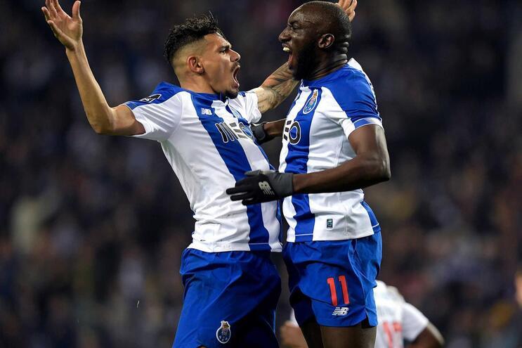 Soares e Marega no ataque do F. C. Porto frente ao Bayer Leverkusen