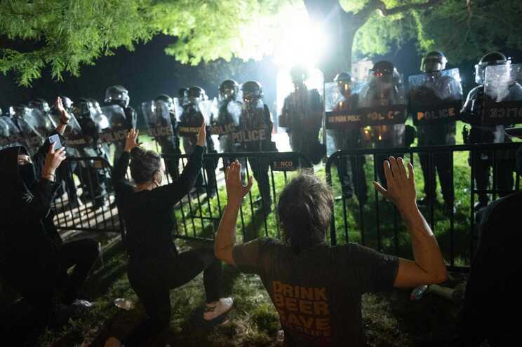 """Manifestantes concentraram-se em frente à Casa Branca e Trump refugiou-se num """"bunker"""""""