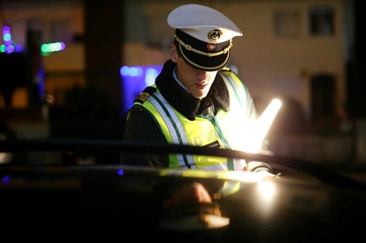 Ladrão de carros libertado depois de ser apanhado ao volante de viatura furtada