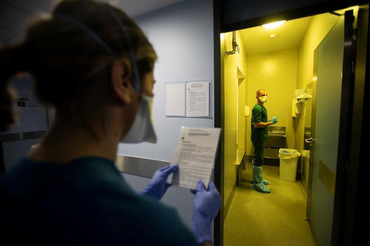 """No Hospital de S. João, no Porto, as visitas estão limitadas a """"uma pessoa em simultâneo"""" e, no máximo"""