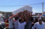 """Caixão de paramédica é carregado """"em festa"""" pela rua no Líbano"""