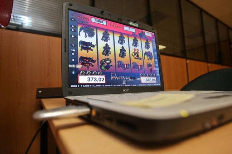 Viciados em jogo habituados a apostar em cafés passaram a jogar através de telemóveis ou computadores