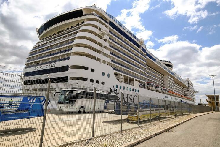 O navio de cruzeiro MSC Fantasia, em Lisboa