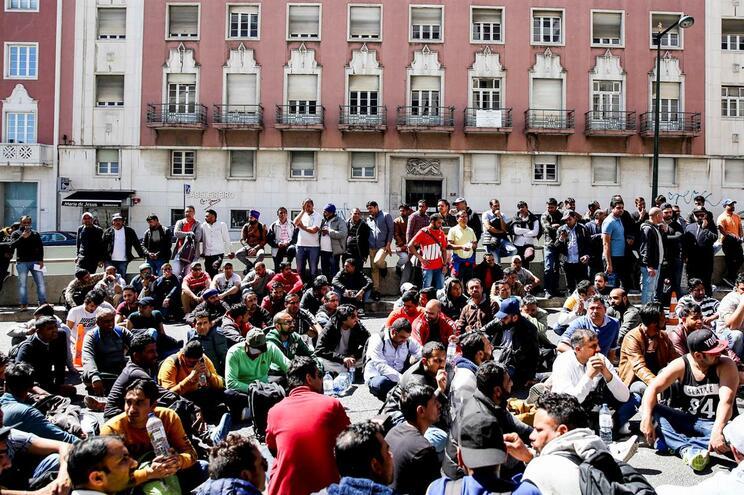 Imigrantes protestaram contra atrasos em dia de greve dos funcionários do SEF