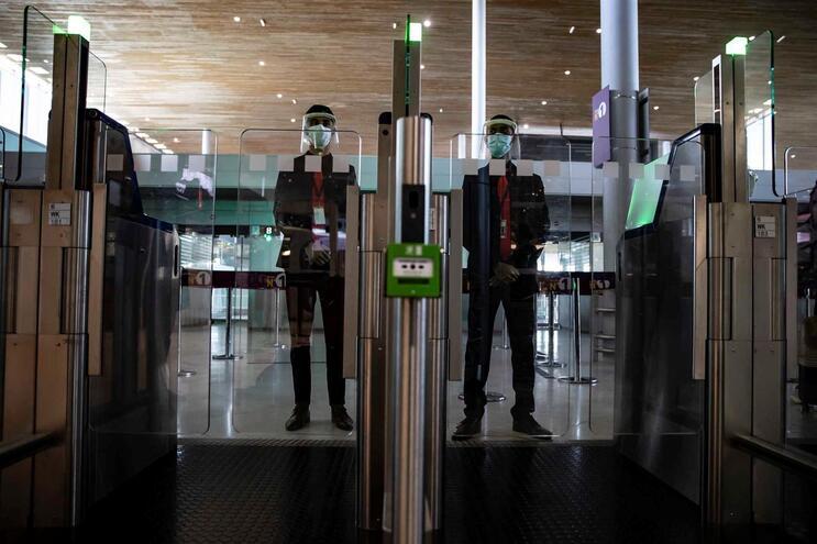 Casal e filho de um mês estiveram retidos quatro dias no aeroporto