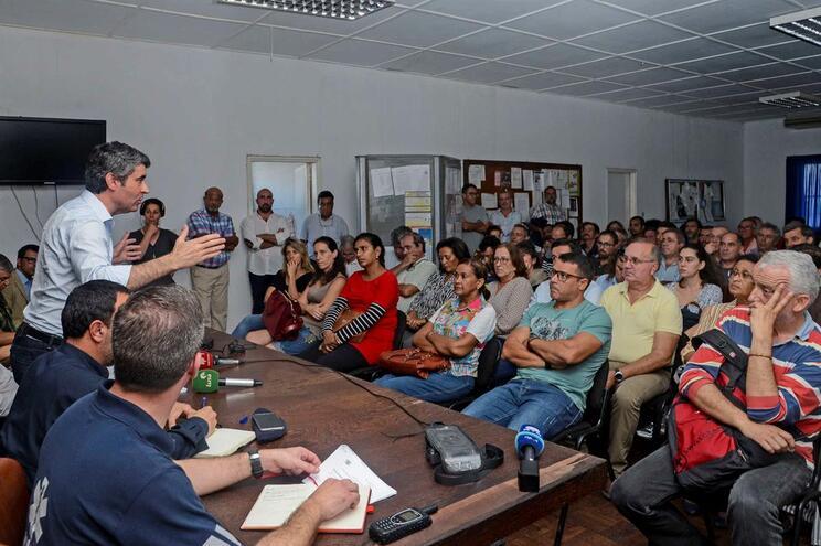 O secretário de Estado das Comunidades Portuguesas, José Luís Carneiro (E), fala à comunidade portuguesa