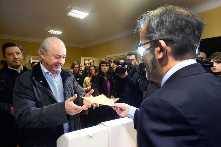 Rui Rio recebe de Paulo Rangel os boletins de voto para as diretas do partido