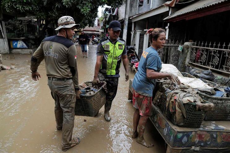 Pelo menos 53 pessoas morreram nas inundações da Indonésia