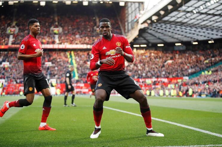 Manchester United vence com dois penáltis de Pogba