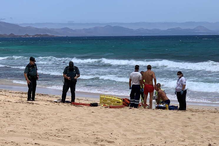 O jovem foi localizado a vários metros da costa por alguém que conduzia um 'jet ski', que o levou até