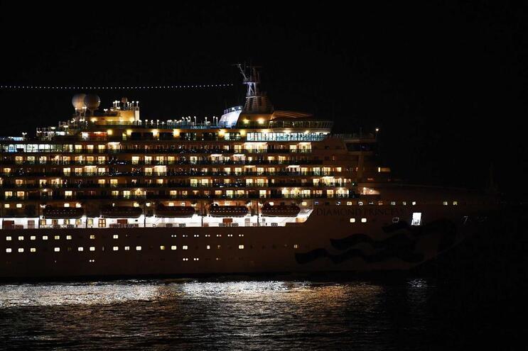 O navio Diamond Princess ao largo do Japão